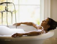 Девушка в ванной со своим кавалером