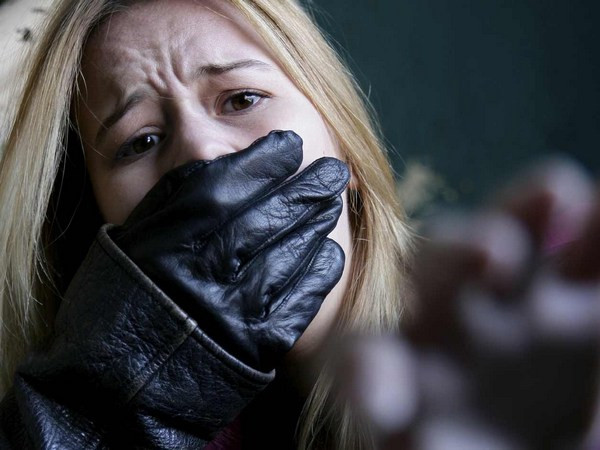 Бандит хочет убить связанную скотчем девушку смотреть онлайн в hd 720 качестве  фотоография