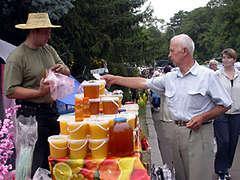 Чтобы придать меду прозрачность и текучесть, на фабриках его перетапливают, делая из целебного