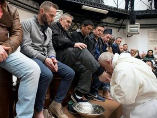 Папа Римский целует ноги заключенному