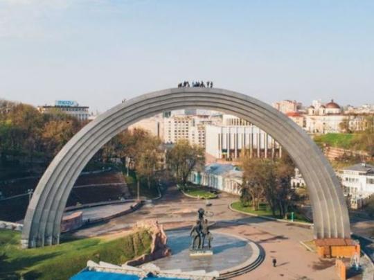В столице экстремалы залезли на Арку Дружбы народов