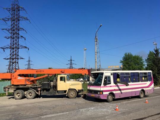 ВЧерновцах стрела автокрана пробила маршрутку: пострадал шофёр