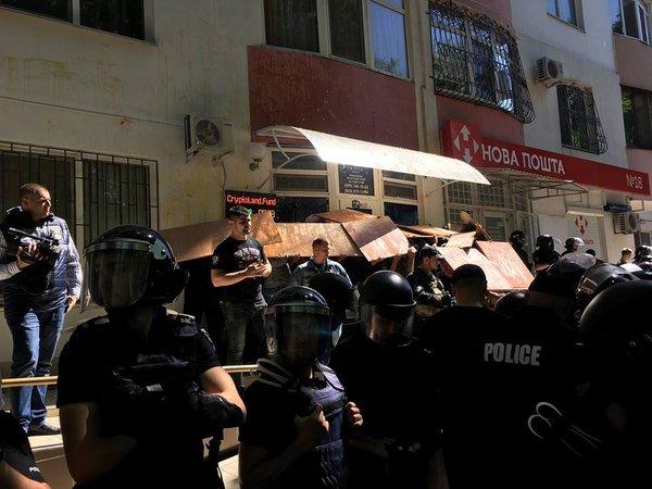 В Одессе активисты штурмуют офис по продаже криптовалют, есть задержанные (фото, видео)