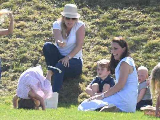 Принц Уильям иКейт Миддлтон блистают надне рождения королевы— Образцовая семья