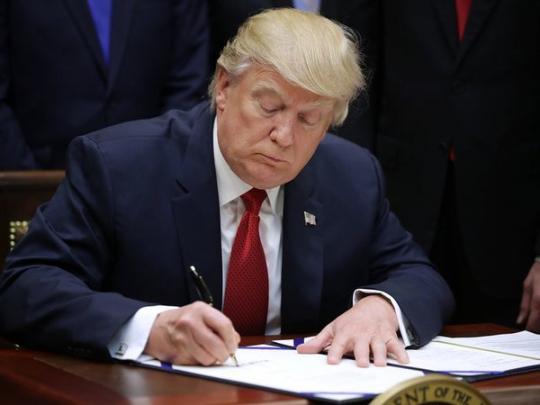 Названа рискованная  вредная привычка Трампа— На маленькие  куски