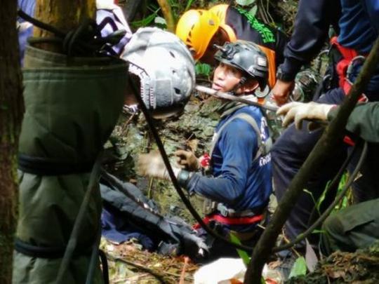 Cотрудники экстренных служб отыскали живыми школьников, пропавших впещере Таиланда