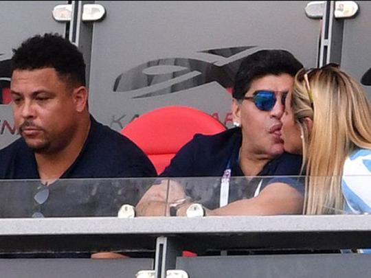 Марадону застукали на стадионе за жаркими поцелуями с молодой красавицей