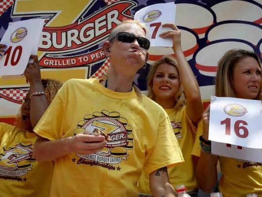 Американка весом 56 килограммов за десять минут съела 27 бургеров