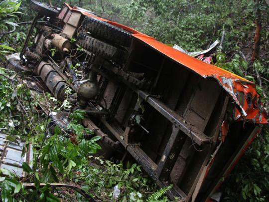 В Непале грузовик на горной дороге упал с высоты 50 метров: погибли 20 человек