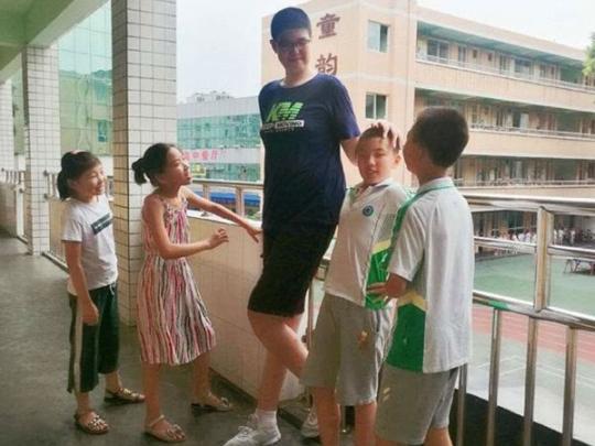 В Китае обнаружен необычный шестиклассник: его рост превышает 2 метра