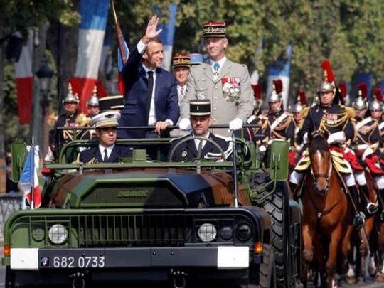 """Курьезы военного парада в Париже: ДТП и """"неправильный"""" флаг"""