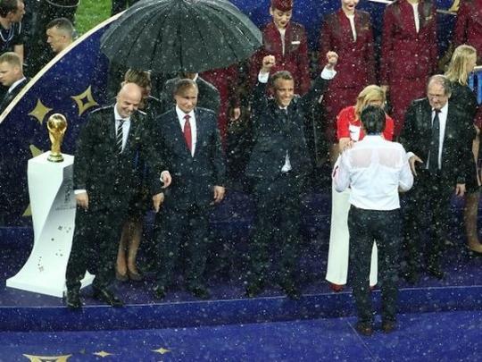 Людоед нырнул под зонт, — Орлуша высмеял Путина