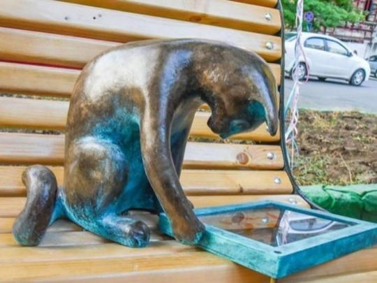 ВОдессе хулиганы похитили мини-скульптуру «кошка Пушинка спланшетом»