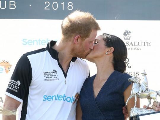 Меган Маркл в нарушение протокола поцеловала принца Гарри на публике
