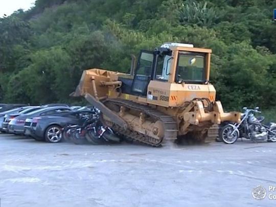На Филиппинах бульдозер раздавил автомобили на 4 млн долларов