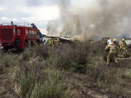 Появились видео с места крушения пассажирского самолета в Мексике