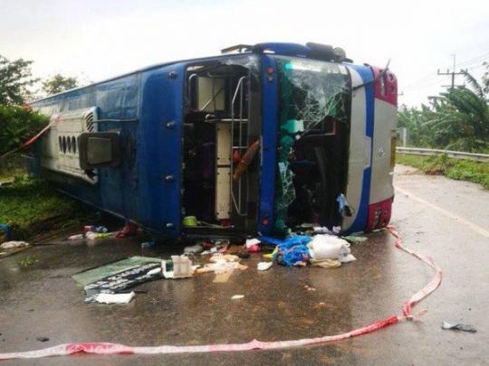 На популярном курорте в Таиланде опрокинулся автобус с туристами