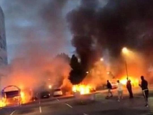 В Швеции неизвестные в масках сожгли десятки автомобилей