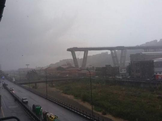 В Италии обрушился знаменитый подвесной мост вместе с автомобилями