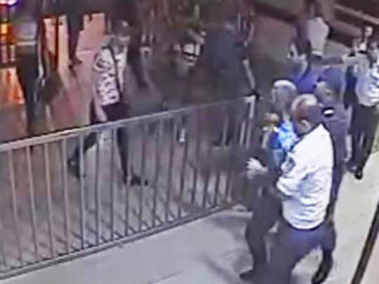 В Ереване переодетые в платься геи штурмовали отделение полиции