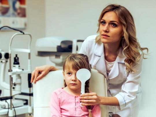 офтальмолог проверяет зрение у ребенка