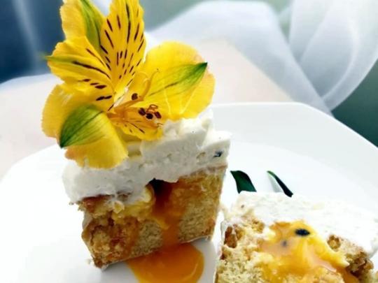 торт с желтым цветком