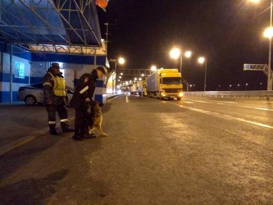 Движение грузовиков через Крымский мост