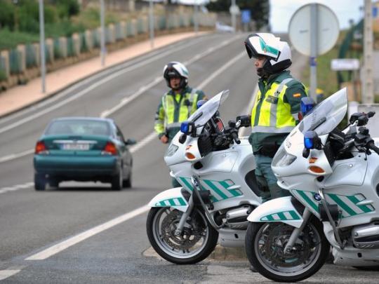 Испанские полицейские на дороге