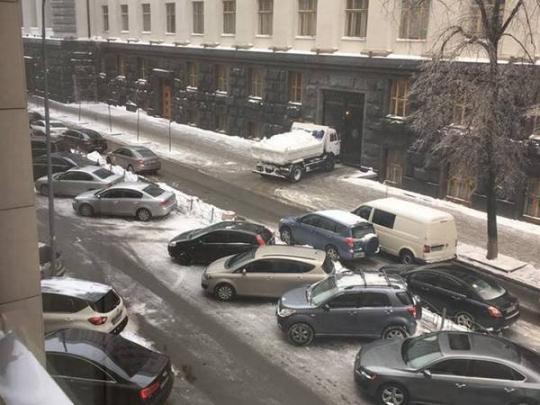 Грузовик со снегом под Кабмином