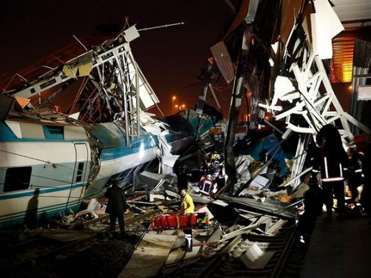 ВТурции высокоскоростной  поезд сошел срельсов— 4  человека погибли, множество  пострадавших