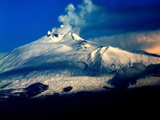 ВИталии проснулся вулкан Этна— Столбы пыли