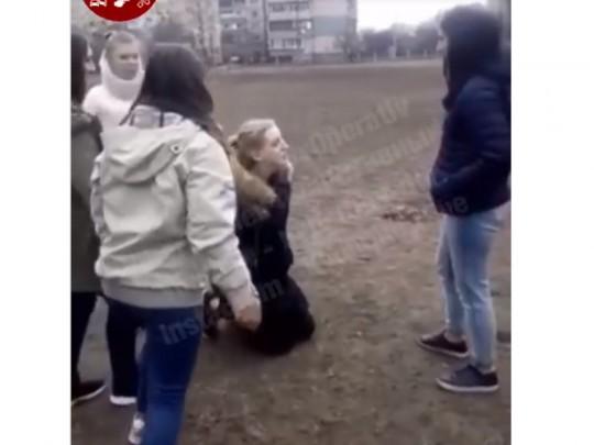 школьницу избили и поставили на колени
