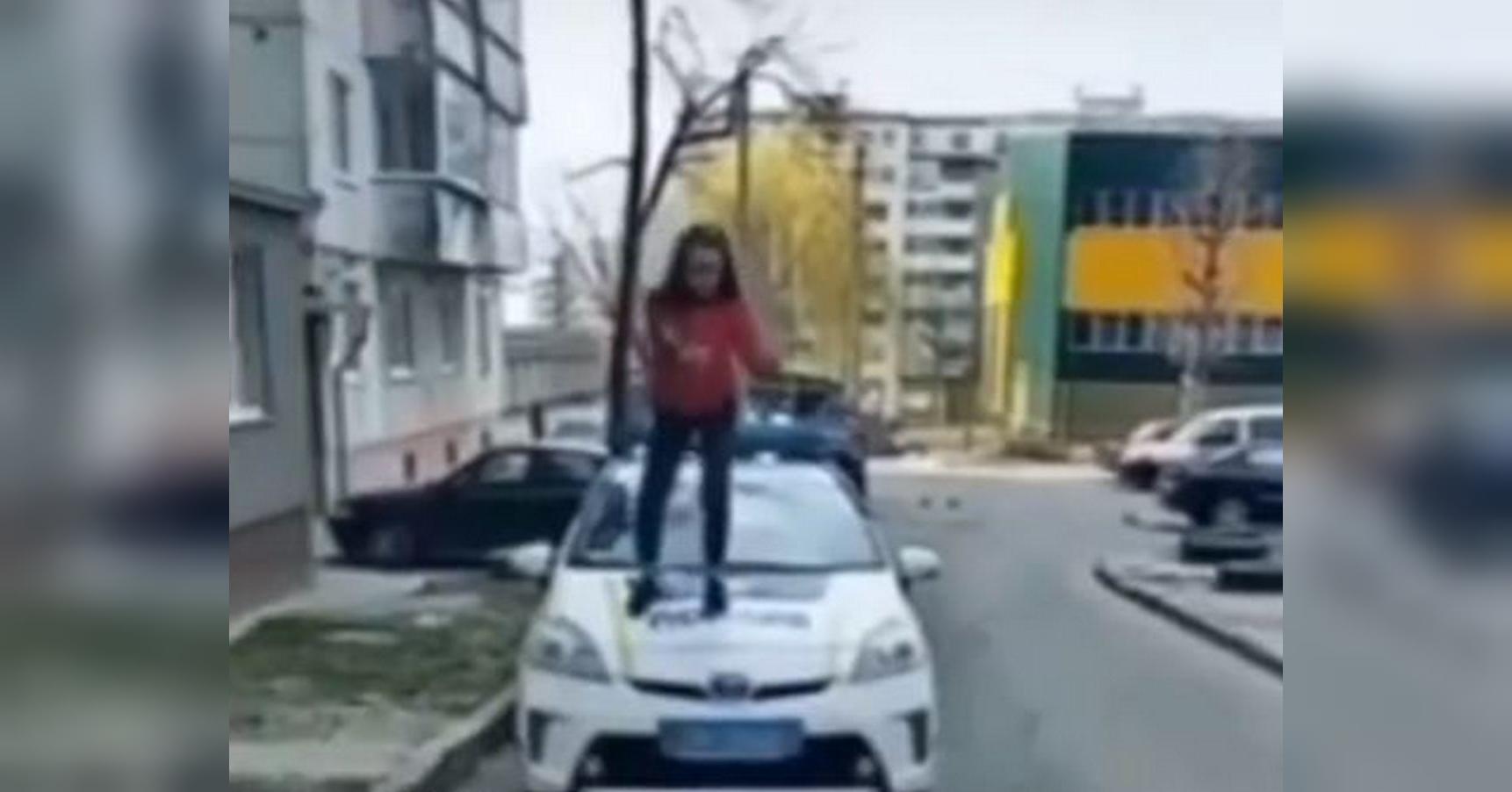 Украинская школьница станцевала на патрульном авто (видео)
