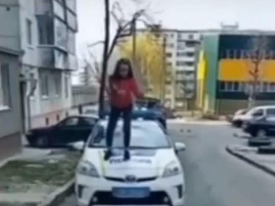 Девочка на капоте полицейской машины