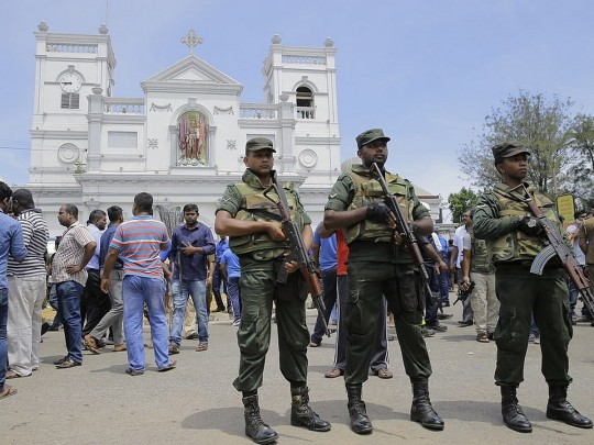Соладты охраняют церковь