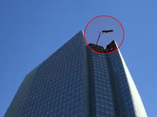 Люлька висит на небоскребе