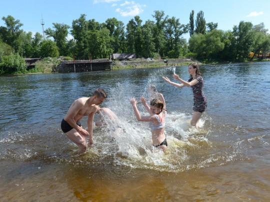 Люди купаются в водоеме