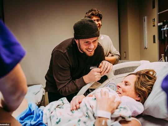 Супруги и Сесиль и новорожденной