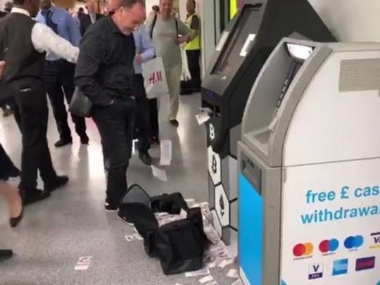 Банкомат и деньги на полу