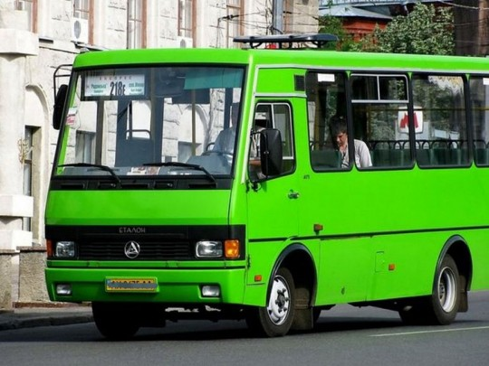 В Запорожье маршрутчик за волосы вытягивал из салона пассажирку: в сеть попало видео инцидента