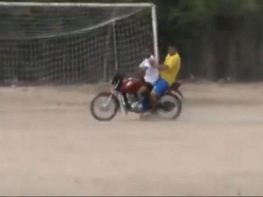 Голкипер прибежал на угловой к чужим воротам, а обратно вернулся на мотоцикле: забавное видео