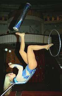 блондинка акробатка фото
