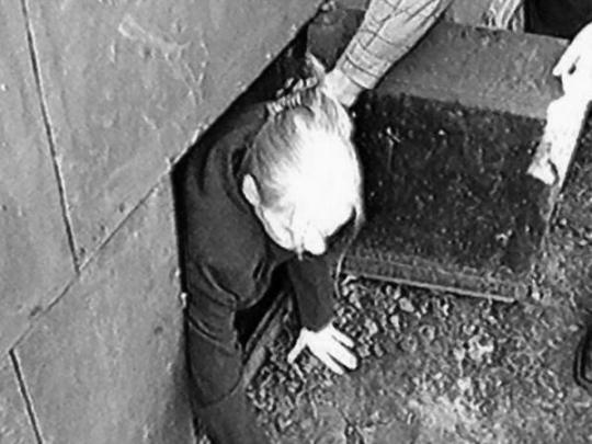 Смотреть онлайн фильм о маньяке удерживающем своих сексуальных жертв в подвале