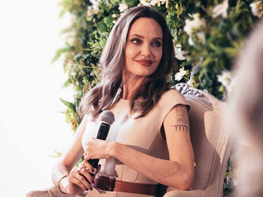 Анджелина Джоли выбрала взоомагазине домашнего кролика для дочери Вивьен