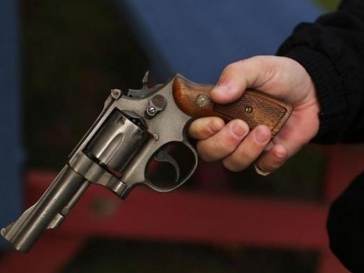 было, картинки револьвер в руках администратору