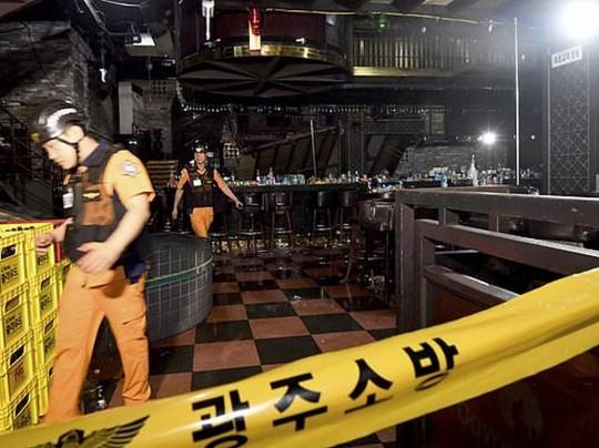 Спасатели внутри клуба где произошло обрушение
