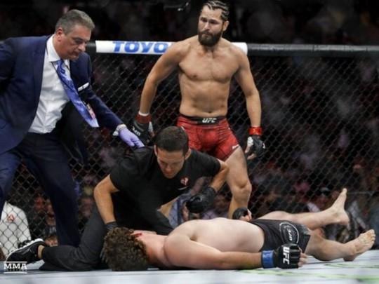 Боец UFC ударом с колена «вырубил» соперника за пять секунд (видео)
