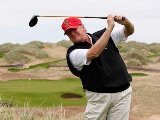 Трамп играет в гольф