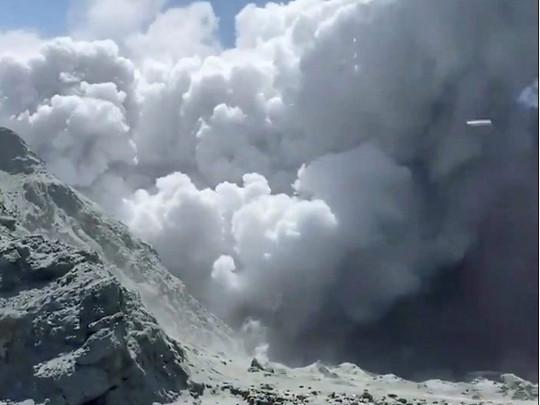 Смертоносное извержение вулкана в новейшей Зеландии сняли навидео