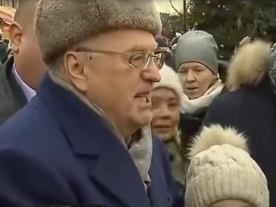 «Холопы»: Жириновский раздавал деньги наКрасной площади